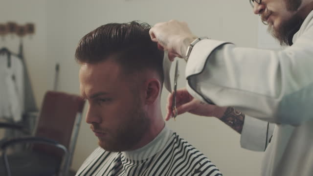 vidéos et rushes de salon de coiffure coupe de cheveux de l'homme - coiffure