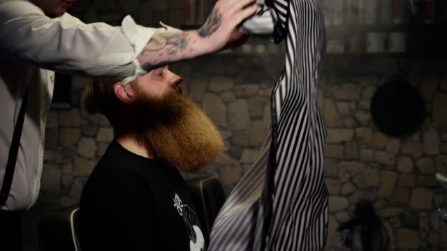 Barber bereitet sich Client auf Haareschneiden im Barbershop-Slow-motion – Video
