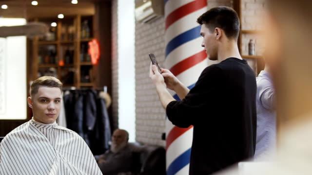 理容室は、新しいヘアスタイルの写真 - 髪型点の映像素材/bロール