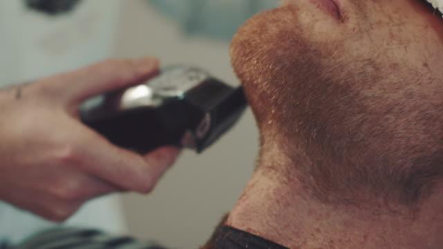 Barber shaving mans berad video