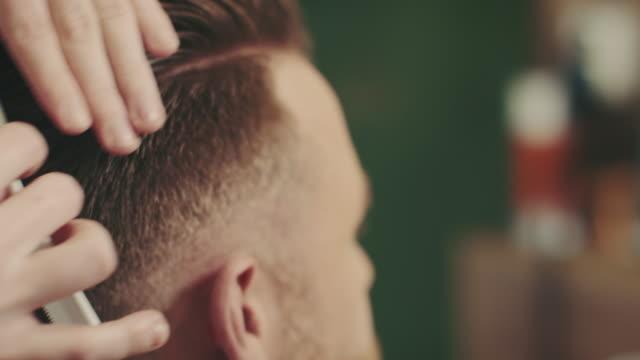 vídeos de stock, filmes e b-roll de barbeiro com cabelo de gordura - estilo de cabelo
