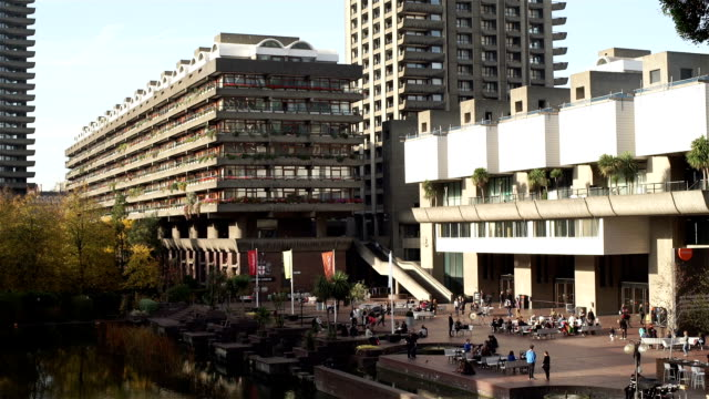 barbican centre und lakeside terrace. - grundstück stock-videos und b-roll-filmmaterial