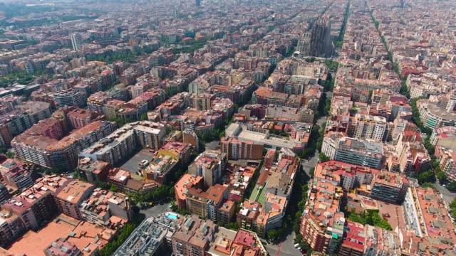 vídeos y material grabado en eventos de stock de vista aérea de barcelona por drone - villa asentamiento humano