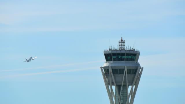 vídeos de stock e filmes b-roll de aeroporto de barcelona torre de controlo de radar - controlo