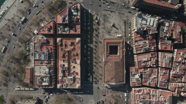aerial: barcelona overhead drone shot of typical city blocks in beautiful sunlight with urban traffic [4k] - balaustrata video stock e b–roll