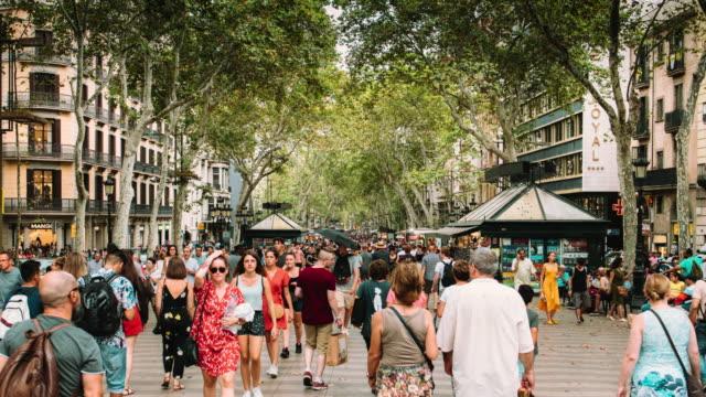 barcelona ramblas hyper zeitraffer - tourismus stock-videos und b-roll-filmmaterial