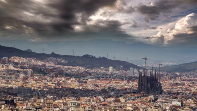 De la ciudad de Barcelona Sagrada Familia de Gaudí cielo dramático - vídeo