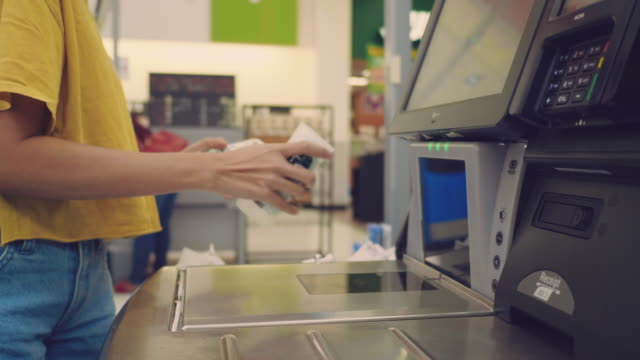 barcode-scanner bei shopping registrierkasse - kassenbon videos stock-videos und b-roll-filmmaterial
