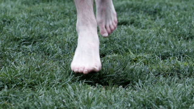 barefoot runner closeup of feet in slow motion. - scalzo video stock e b–roll
