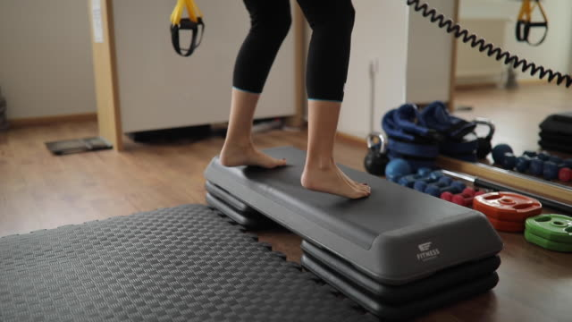 barfuß frau stepping übung - mittelstufenlehrer stock-videos und b-roll-filmmaterial