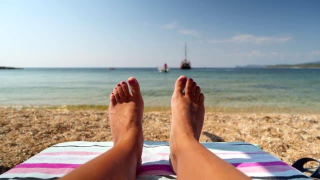 Barfuß junge Frau am Strand genießen – Video