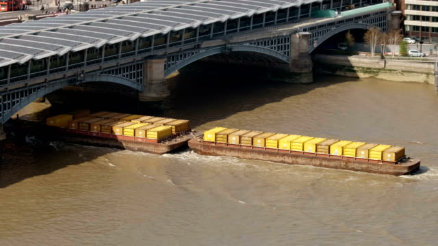 barge carrying containers - chiatta video stock e b–roll