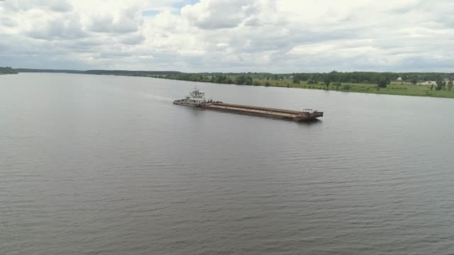 barge on the river volga - chiatta video stock e b–roll