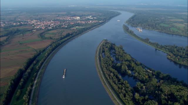 ライン川の荷船近い gerstheim -航空写真-アルザス,ba -rhin 、ヂ セレスタ-ersteinの パリ,フランス - はしけ点の映像素材/bロール