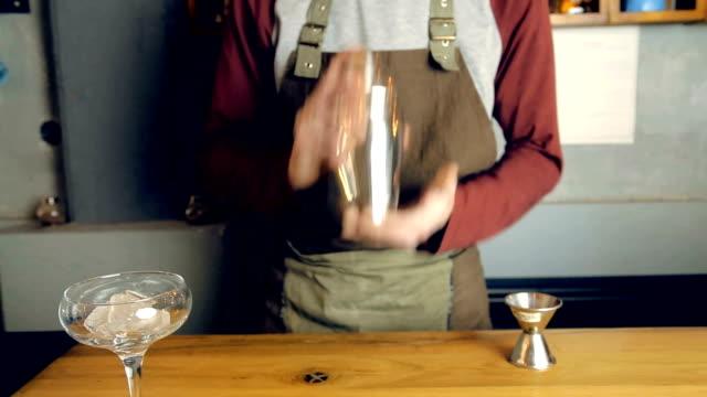 barista al lavoro - martini video stock e b–roll