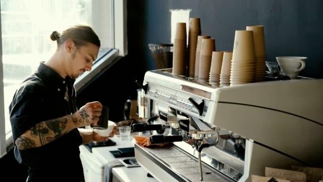 バリスタのコーヒー マシンでコーヒーを醸造 - バリスタ点の映像素材/bロール