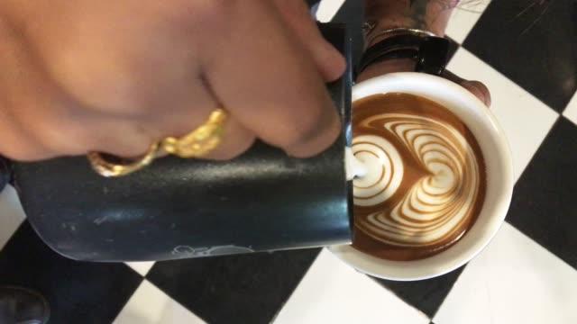 barista latte kunst im coffee shop erstellen - cappuccino stock-videos und b-roll-filmmaterial