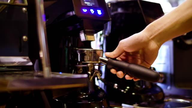 barista kaffeebohnen mahlen, mit kaffeemaschine und und einem schuss espresso kaffee - grind stock-videos und b-roll-filmmaterial