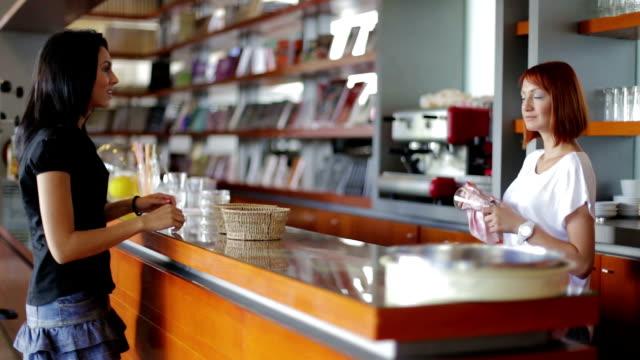 バリスタをお出しするジュース、コーヒーショップ - バリスタ点の映像素材/bロール