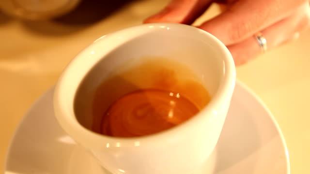 バリスタは装飾のコーヒー、クリーム - ソーサー点の映像素材/bロール