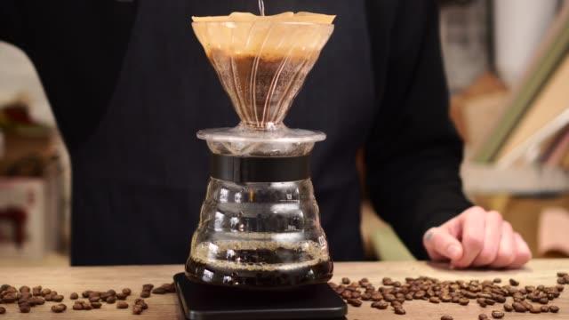 vídeos y material grabado en eventos de stock de barista está haciendo café. - café negro