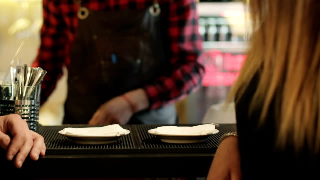バリスタは、若いカップルのためのコーヒーを作った。 - キッチンカウンター点の映像素材/bロール