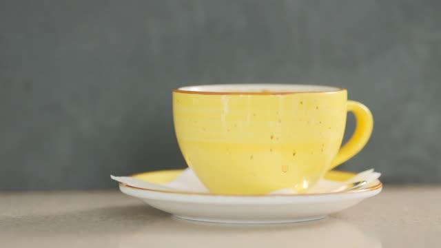 vídeos de stock e filmes b-roll de barista makes coffee on a coffee machine - coffee table