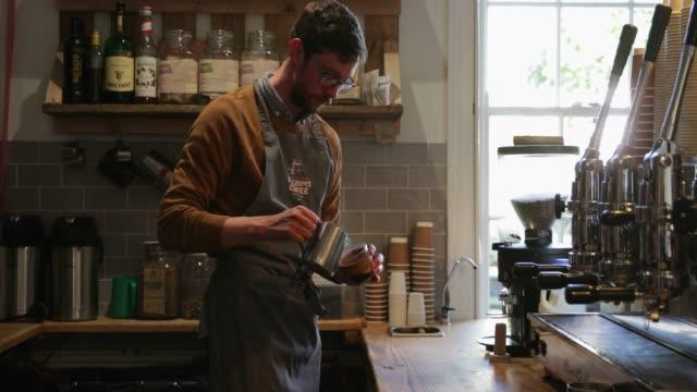 barista machen einen latte - barista stock-videos und b-roll-filmmaterial