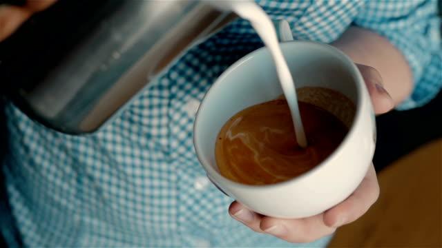 バリスタのラテアートのコーヒーを作るします。 ビデオ