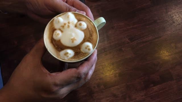 barista hacer arte latte en la cafetería - vídeo