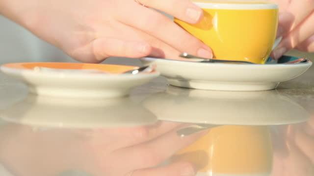 vídeos de stock e filmes b-roll de barista making of coffee - coffee table