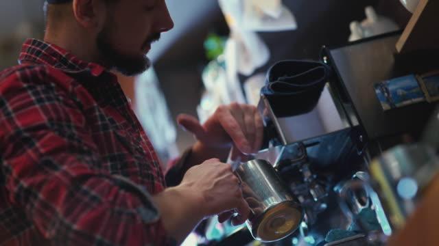 barista - netter junger mann mit einem bart - barista stock-videos und b-roll-filmmaterial