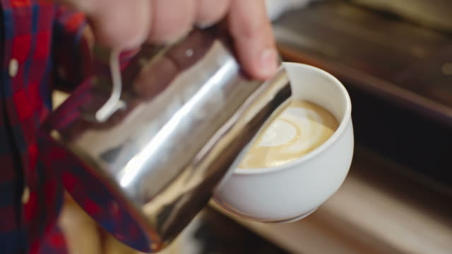 barista performing latte art - milchkrug stock-videos und b-roll-filmmaterial