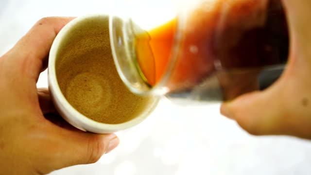 バリスタはコーヒーをセラミックのグラスに注いだ。 - ソーサー点の映像素材/bロール