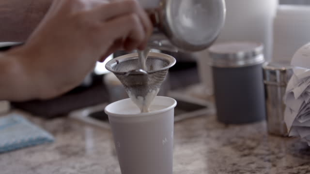 barista pouring chai - milchkaffee stock-videos und b-roll-filmmaterial