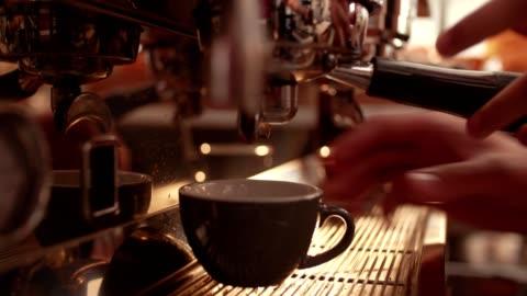 vídeos y material grabado en eventos de stock de barista prepara la máquina de café y preparación de café en café - construir