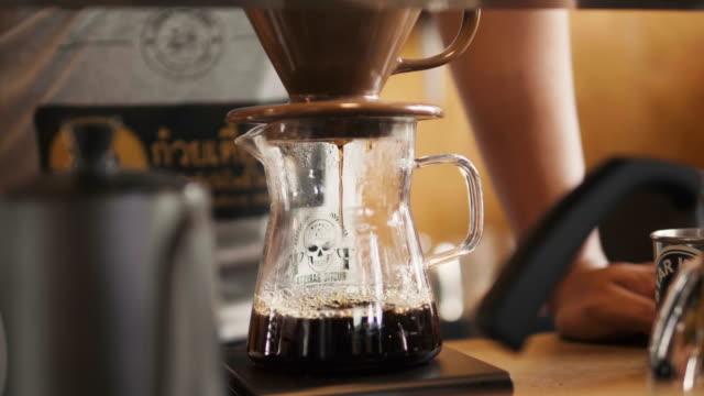 バリスタのコーヒー ドリップ プロセスでの作業手 - バリスタ点の映像素材/bロール