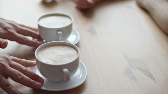 vídeos y material grabado en eventos de stock de barista sirviendo café a los clientes - barista