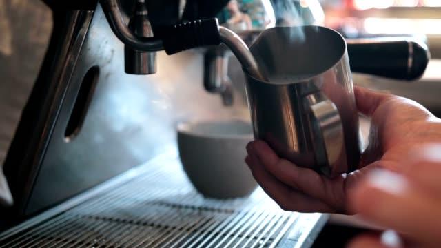 barista dampf milch für cappuccino zubereiten - geröstete kaffeebohne stock-videos und b-roll-filmmaterial