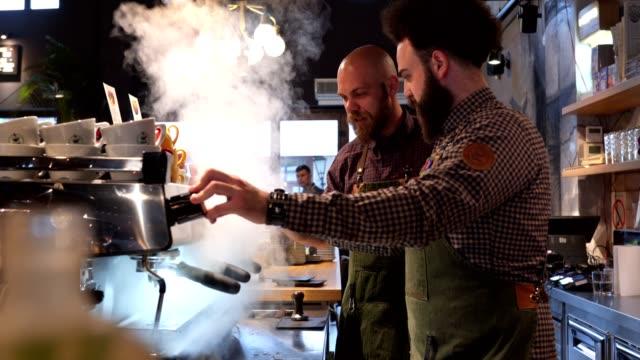 bariści w kawiarni z problemami z ekspresem do kawy - barista filmów i materiałów b-roll