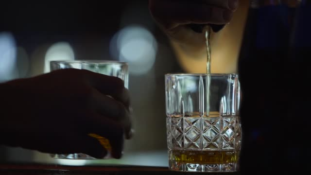 vidéos et rushes de barman prépare des cocktails au pub. barista faisant des tireurs et versant des boissons dans le verre au café ou au restaurant. employé de barre utilisant le distributeur électronique moderne pour l'alcool. système de contrôle des alcools - main service