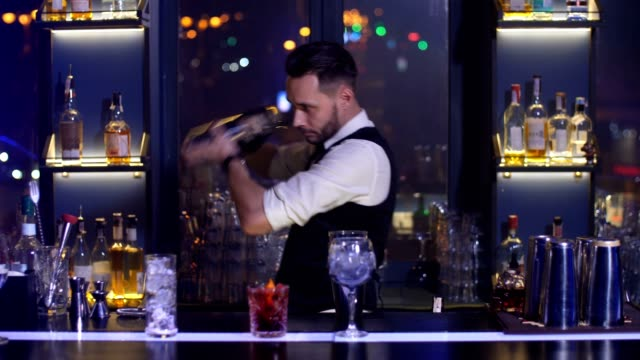 barman mixing cocktail ingredients using shaker - bartender стоковые видео и кадры b-roll