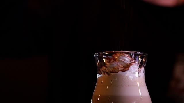 barman bereitet kaffeecocktails mit schlagsahne und geriebener schokolade zu - koffeinmolekül stock-videos und b-roll-filmmaterial