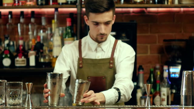 Braga, tremendo coquetel e coloca-lo para um copo vazio em uma boate - vídeo