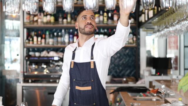 barman pracuje w pubie - kelner filmów i materiałów b-roll