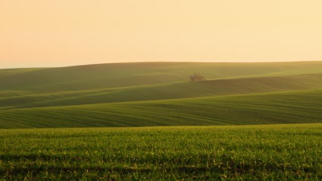 日の出フィールドの真ん中に ds 納屋ハウス - チェコ共和国点の映像素材/bロール