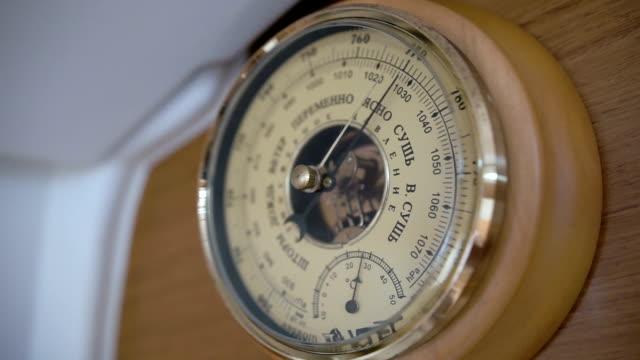 barometer på en segelbåt, närbild - barometer bildbanksvideor och videomaterial från bakom kulisserna