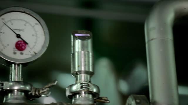 バロメーター生産 workshop - 錆びている点の映像素材/bロール