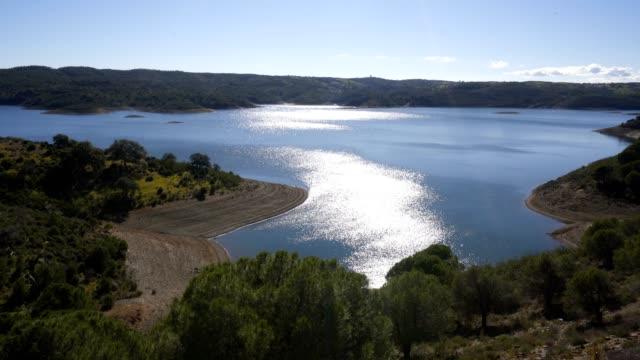 vídeos de stock e filmes b-roll de barragem de odeleite dam reservoir in alentejo, portugal - barragem portugal