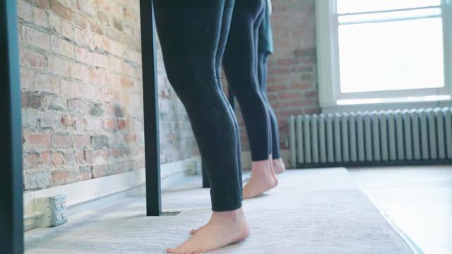 barre kalv övningar - balettstång bildbanksvideor och videomaterial från bakom kulisserna
